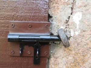 Een knip op de deur bij electriciteitshok. Hier hoeft geen steen meer voor