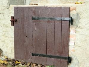 Het deurtje van de waterput, maar nu met zwarte scharnieren