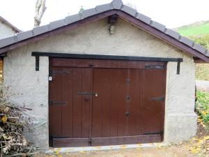 De garage deur. Ook hier kwam de zwarte metaallak goed van pas
