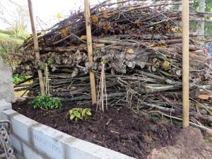En het muurtje met de plantjes. Grond kwam uit de compost hoop. Mooie grond geworden