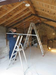 De eerste lamp in de garage hangt