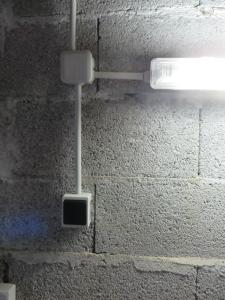 lamp boven het aanrecht met het lichtknopje