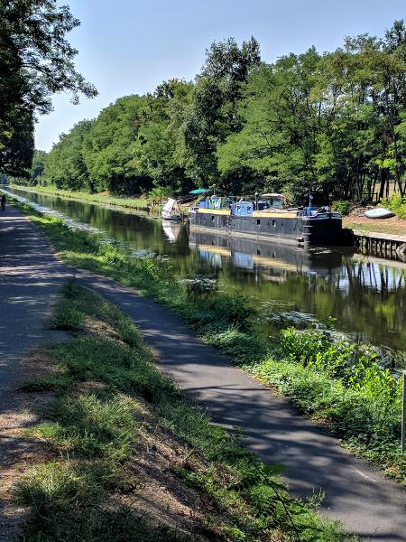Het kanaal met een typisch smalle boot