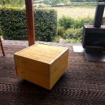 Een van de tafeltjes of voetenbankjes