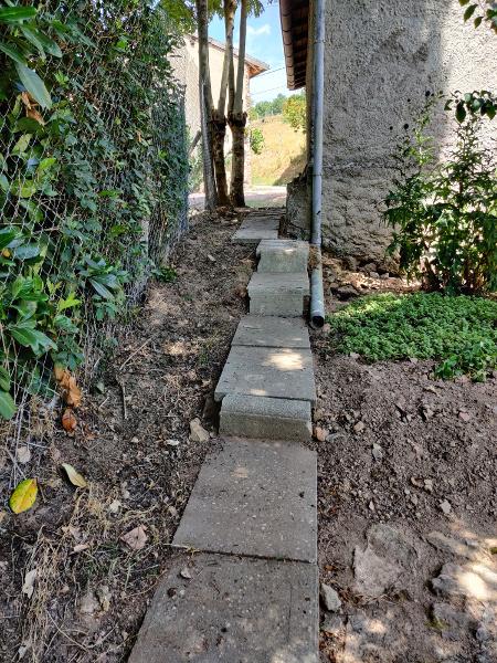 Begin van een pad aan de andere kant van het huis