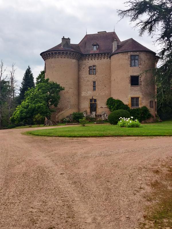 Groot landhuis bij Montaiguët-en-Forez