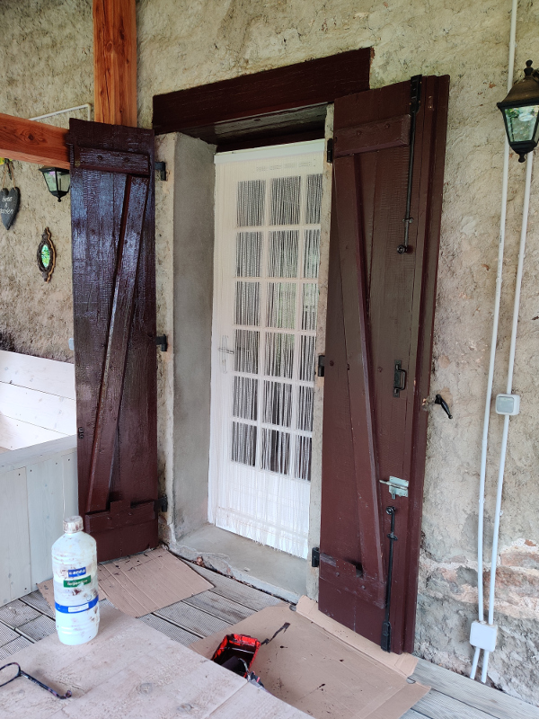 De deur is geschilderd